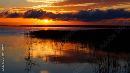 Poster Oranje eclat Sunrise on the lake