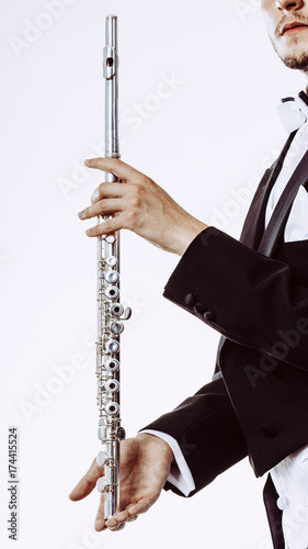 Plakat Mężczyzna flecista noszenia fraka posiada flet