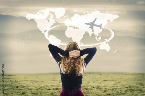 Zdjęcie XXL koncepcja podróży, kobieta ze światem mapy i samolotem