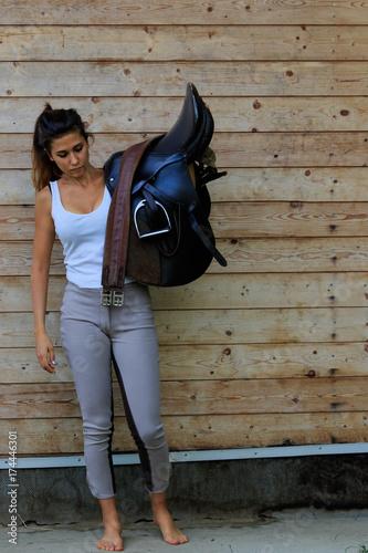 Fotografie, Obraz  La ragazza con la sella nella scuderia