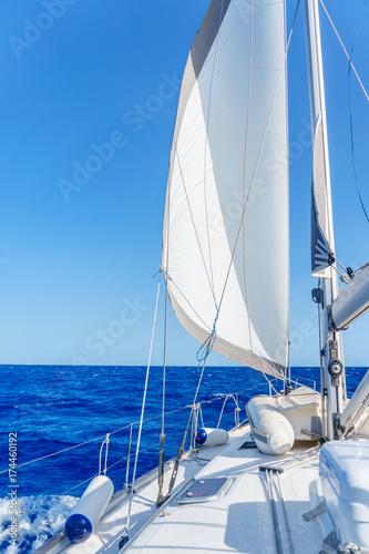 jacht w pobliżu wyspy Sardynii