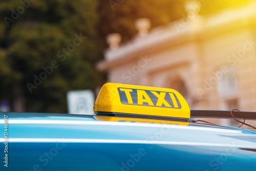Zdjęcie XXL Żółty znak taksówki na dachu kabiny pojazdu