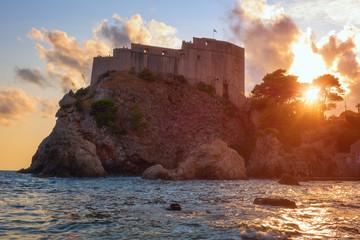 Tvrđava Lovrijenac ili tvrđava sv. Lovre u Dubrovniku na zalasku sunca, poznata kula poznata i kao dubrovački Gibraltar, popularno turističko odredište zahvaljujući navijačima Igara prijestolja, Hrvatska