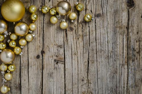 Decoración de Navidad con bolas doradas sobre fondo de madera envejecida Wallpaper Mural