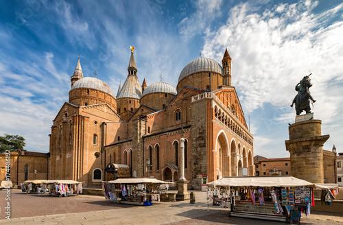 Die Basilica di Sant'Antonio in Padova, Italien, an einem Sommertag Fotobehang