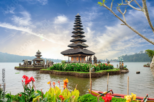 In de dag Bali Pura Ulun Danu Bratan, a Hindu temple surrounded by flowers on Bratan lake, one of famous tourist attraction in Bali, Indonesia