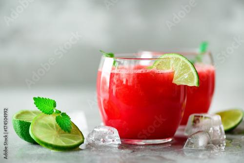 swiezy-sok-z-arbuza-z-limonka-w-okraglych-szklaneczkach