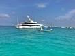Yacht und Schlauchboot auf dem Meer vor Ibiza bzw. Formentera in Spanien