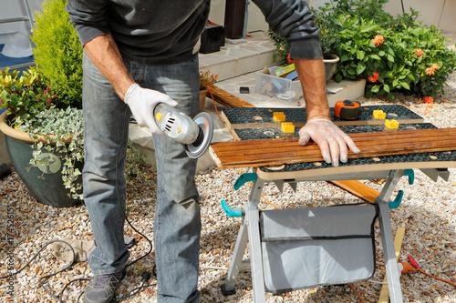 Fényképezés  bricolage homme ponce planche de bois