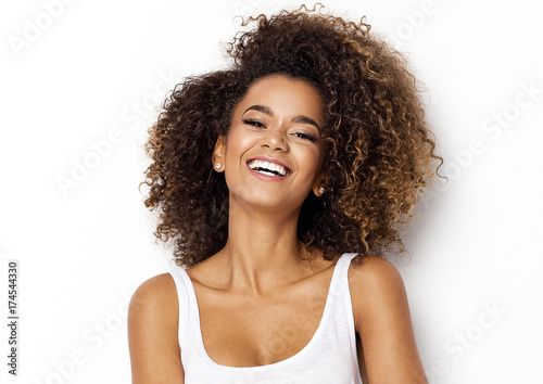 Photo Beautiful african american girl with an afro hairstyle smiling