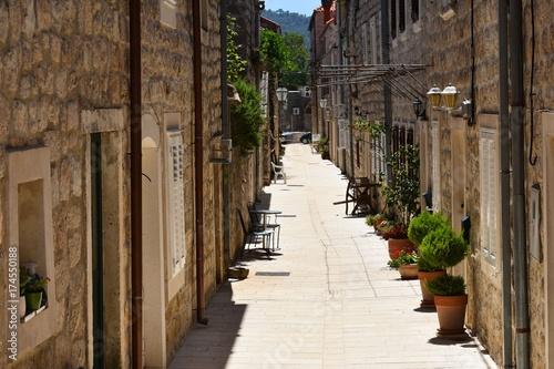 Poster Smal steegje romantic narrow street between houses