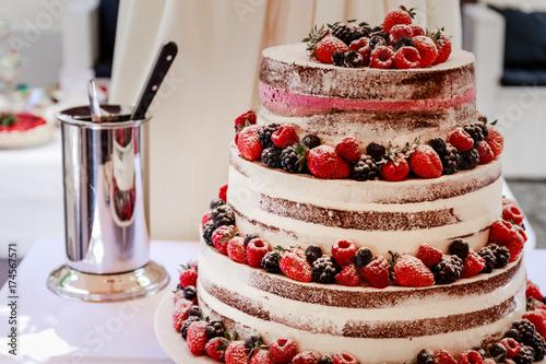 Zdjęcie XXL Tort weselny jest prezentowany na weselu