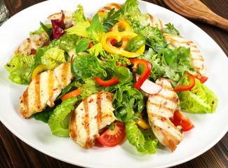 FototapetaGemischter Salat mit Hähnchenbrust