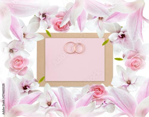 Plakat Różowe róże, magnolia i obrączki ślubne z papieru kartkę z życzeniami na ślub na białym tle