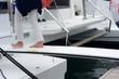 Camminado a piedi nudi sulla passerella di una barca