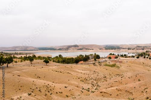 Plakat Wieś Aguegour, z tamą, Al Haouz, Marrakech, Maroko