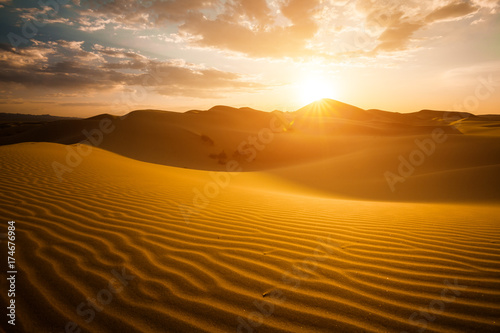 Foto auf AluDibond Wuste Sandig Beautiful sunset in the Sahara desert