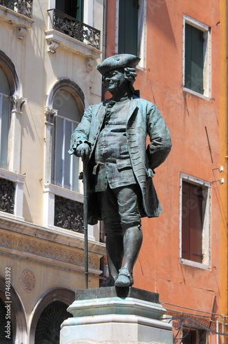 Fotografía  Carlo Goldoni statue in Venice, Italy