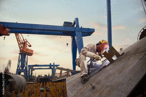Cuadros en Lienzo A welder at a shipyard