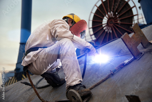 Papel de parede A welder at a shipyard