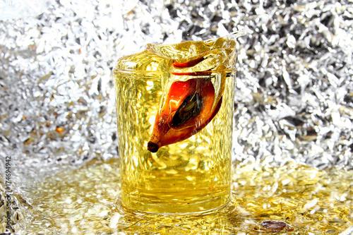 zloty-napoj-na-rozmazanym-od-wody-tle