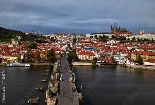 Plakat Pargue, wiew z Lesser Bridge Tower of Charles Bridge (Most Karluv) i Zamek Praski, Czechy. Turystów na moście Karola