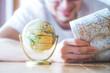 canvas print picture - Junger Mann plant Weltreise, Globus und Landkarte