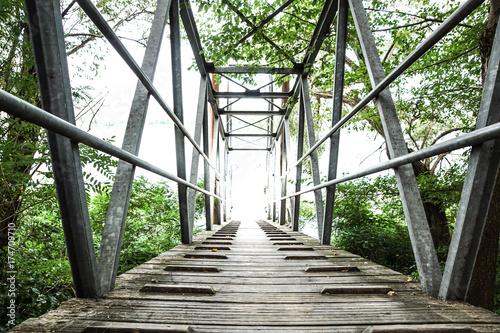 Fototapeta kładka  drewniano-metalowa-kladka-na-rzece-jesienia