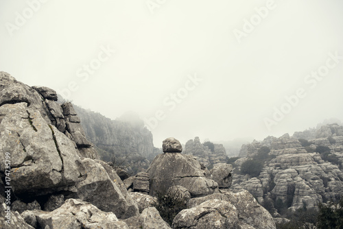 Valokuvatapetti Imagen de pico de montaña rocosa sin vegetación