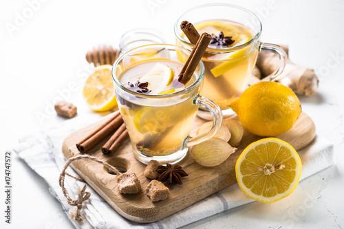 goraca-herbata-imbirowa-z-cytryna-miodem-i-przyprawami