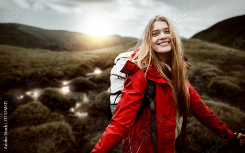 Fotografía  Shot of a young woman looking at the landscape while hiking in the mountains
