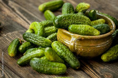 Zielone ogórki w koszu