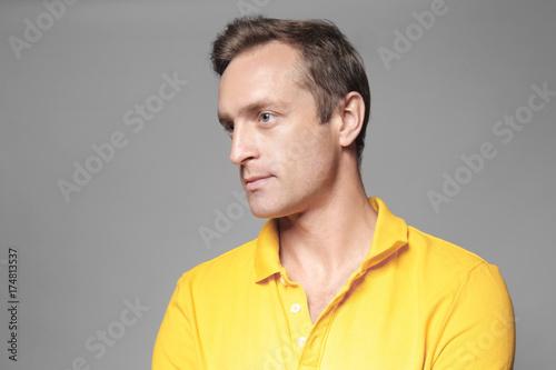 Fotografia  Handsome man on grey background