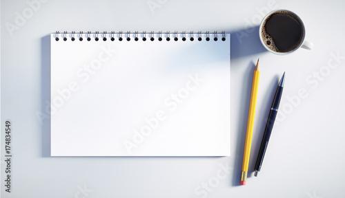 Photo Schreibblock mit Stiften und Kaffeetasse