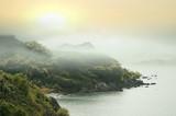 Mgliste góry w porze deszczowej i zachodzie słońca - 174841140