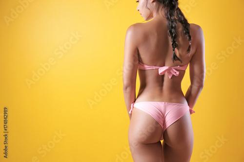 Photo  Beautiful young woman in bikini on color background