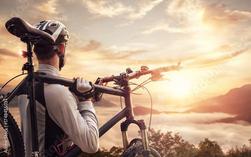 rowerzysta-na-szczycie-gory-o-wschodzie-slonca