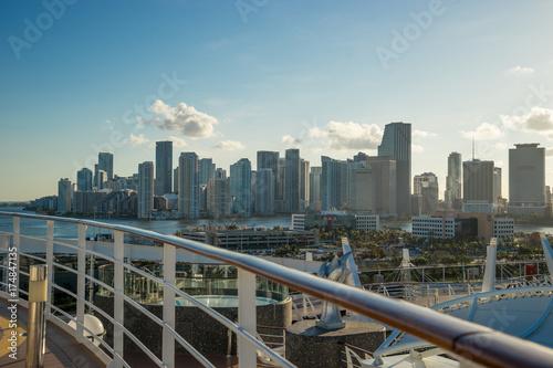 Fototapeta Miami Skyline i wysyłki doków z statku wycieczkowego z statek wycieczkowy pokładzie pierwszego planu