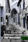 Fototapeta Na drzwi - Escaleras blanco y negro, cesta verde ventana azul