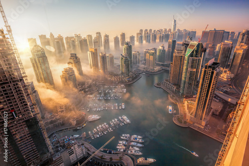 Photo Dubai Marina with colorful sunset in Dubai, United Arab Emirates