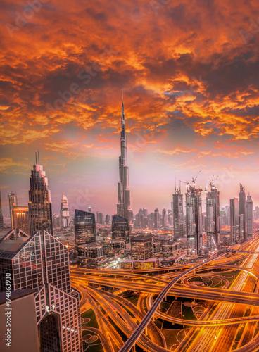 Fototapeta Dubaj przeciw kolorowemu zmierzchowi z nowożytną futurystyczną architekturą, Zjednoczone Emiraty Arabskie