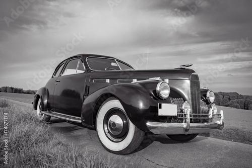 Fotografie, Obraz  Oldtimer Cadillac Lasalle Coupe 1940, Frontansicht, schwarz-weiß Aufnahme