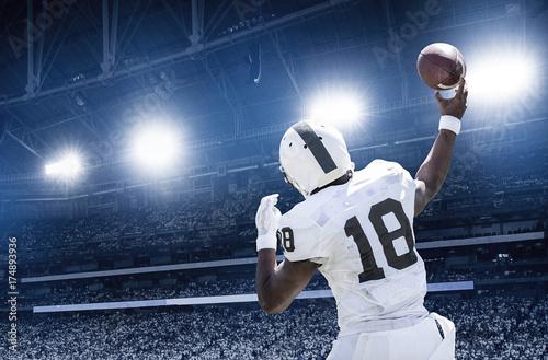 Fotografia, Obraz  Quarterback throwing a football in a professional football game