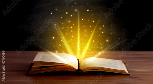 Photo Yellow lights over book