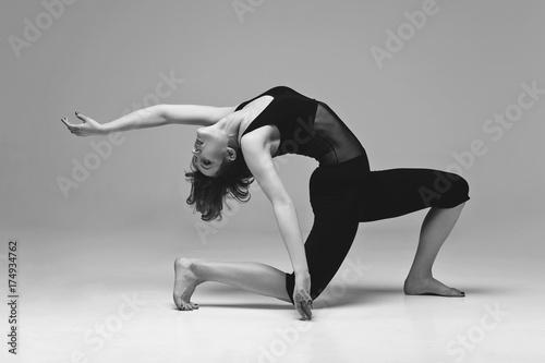 kobieta-w-czarnym-stroju-w-tanecznej-pozie-zdjecie-czarno-biale