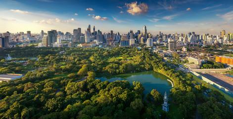 Pogled na park Lumpini i grad Bangkoka na grad s krovnog bara hotela, Bangkok, Tajland