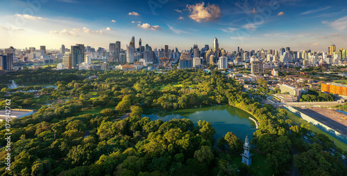 Photo  Lumpini park and Bangkok city building view from roof top bar on hotel, Bangkok,