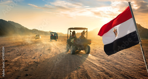 Poster de jardin Desert de sable Flag and buggies in desert