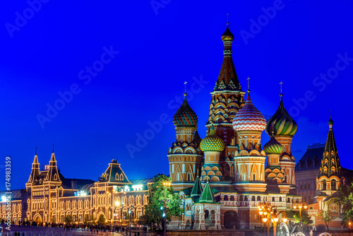 Plakat Noc widok Świątobliwa basilu katedra w Moskwa. Rosja