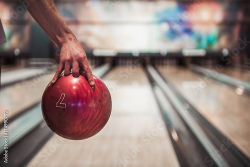 Foto Man playing bowling